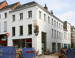 Laatclassicistisch burgerhuis met barokke Onze-Lieve-Vrouw