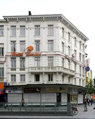 Ensemble van hotel en winkelhuizen