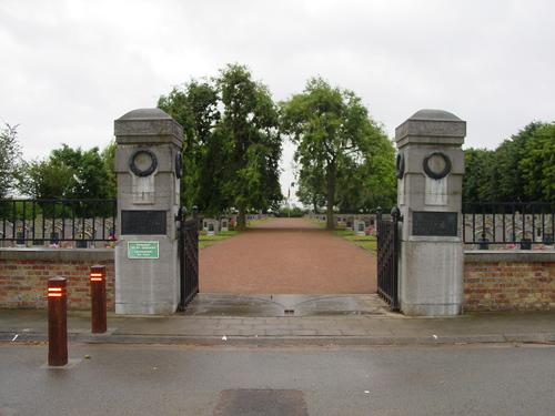 West-Vleteren: Belgische begraafplaats: Ingang