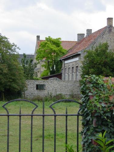West-Vleteren: Belgische Begraafplaats: Medische Post in Schoolgebouw