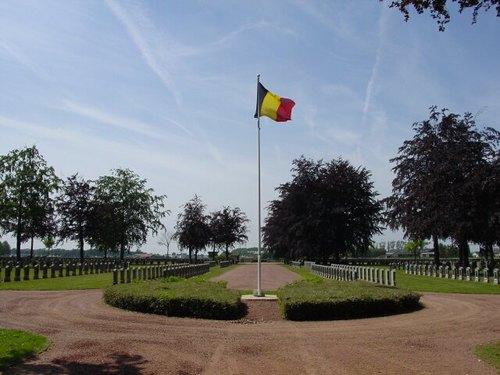 Houthulst: Belgische Begraafplaats: Belgische vlag met zicht op begraafplaats