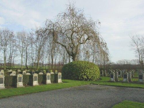 Keiem: Belgische militaire begraafplaats: schikking van grafzerken, met en zonder haag ertussen