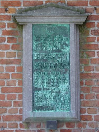 De Panne: Kapellelaan: Gedenkplaat Koninklijke Familie in Oblaten-Kapel
