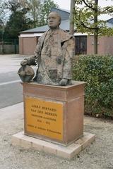 Beeld met gedenkplaat A.B. Van der Moeren