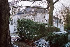 Landhuis met prieeltje in de tuin