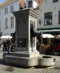 Brugge Wijngaardstraat zonder nummer Fontein met paarden (https://id.erfgoed.net/afbeeldingen/120379)