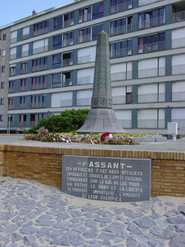 Koksijde Zouavenplein zonder nummer, gedenkteken Zouaven: Detail: Gedenkplaat