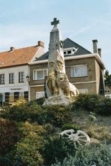 Oorlogsmonument met vredesboom