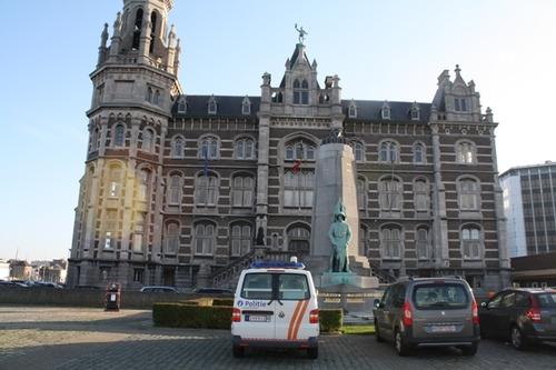 Antwerpen Tavernierkaai, Pleintje met zuil en loodswezengebouw