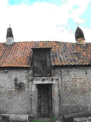 Poperinge Pezelhoekstraat 1  ast met gekken op dak