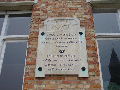 Passendale: Passendaleplaats: Gedenkplaat 4de Karabiniers