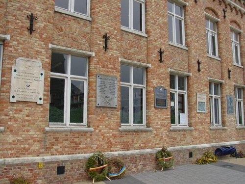 Passendale: Passendaleplaats: Gedenkplaten tegen muur gemeentehuis