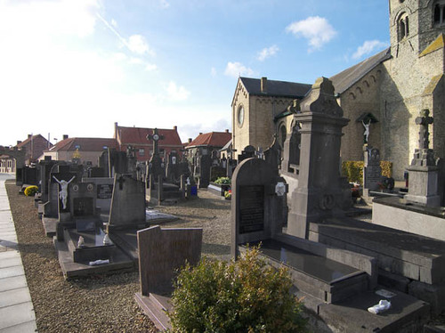 Koekelare Bovekerkestraat zonder nummer kerkhof bij de Sint-Gertrudiskerk