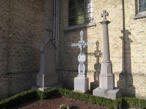 Koekelare Bovekerkestraat zonder nummer graven op het kerkhof bij de Sint-Gertrudiskerk
