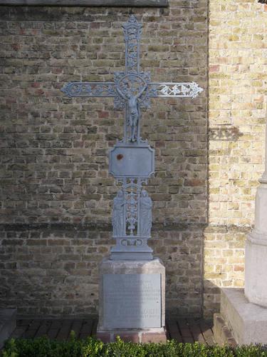 Koekelare Bovekerkestraat zonder nummer ijzeren kruis op het kerkhof bij de Sint-Gertrudiskerk