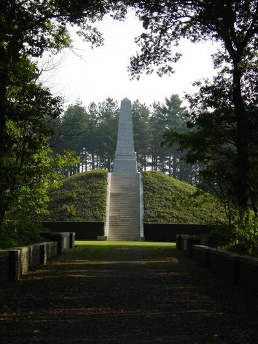 Zonnebeke: Obelisk 5th Australian Division: zijkant