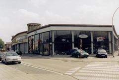 Autotoonzaal en bijhorende garage