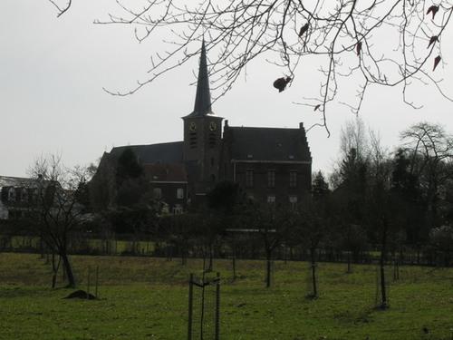 Zicht op kerk vanuit Lumbeekstraat