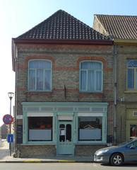 Hoekhuis met houten winkelpui