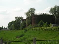 Werkplaats en tanks van de Bedford Petroleum Company