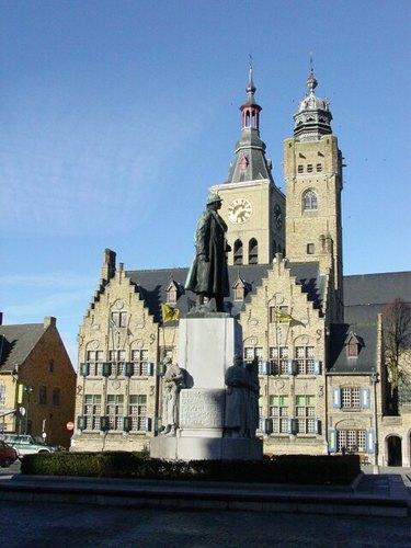 Diksmuide: Markt: Standbeeld Jacques: Zijkant