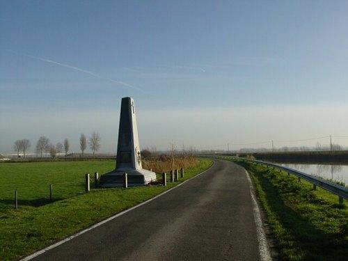 Stuivekenskerke: IJzerdijk: Gedenkzuil Grenadiers: Vergezicht