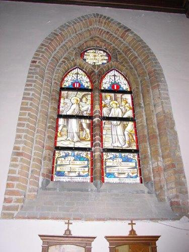 Stuivekenskerke: kerk: glasraam Dewicke