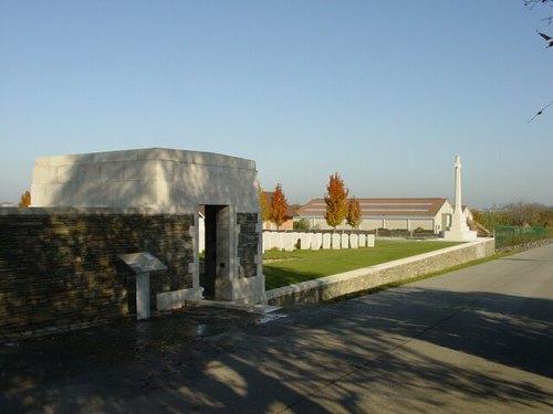 Zandvoorde: Zantvoorde British Cemetery: Ingang met Cross