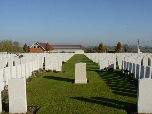 Zandvoorde: Zantvoorde British Cemetery: Duhallow Block met Stone of remembrance