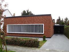 Vrijstaande bungalow in laat-modernistische stijl