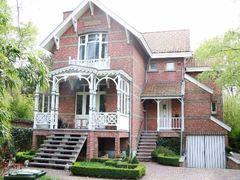 Villa met houten portiek