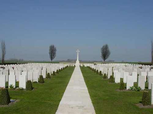 Divisional Collecting Post Cemetery & Extension: centrale gang
