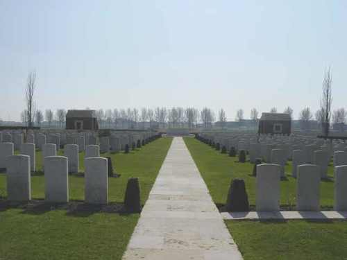 Divisional Collecting Post Cemetery & Extension: centrale gang richting Stone of Remembrance