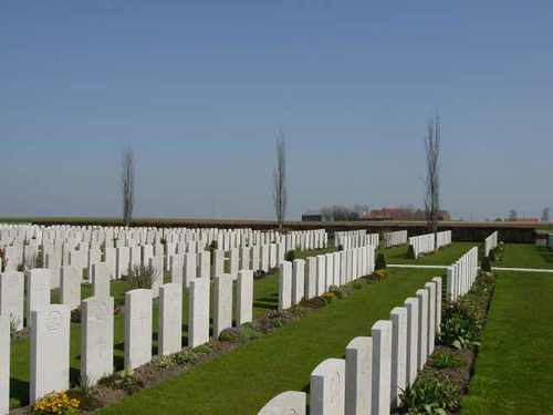 Divisional Collecting Post Cemetery & Extension: graven + licht heuvelachtig gebied