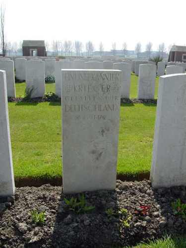 Divisional Collecting Post Cemetery & Extension: graf Duitser