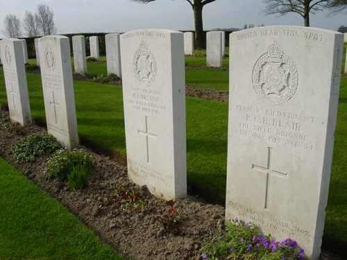 Boezinge: Talana Farm Cemetery: grafstenen met 'Buried near this spot'