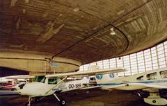 Vliegveld Grimbergen met vliegtuigloodsen en compenseerinrichting