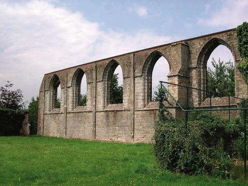 De gevelruïne na de restauratie van 1975, benedictijnenabdij van Affligem