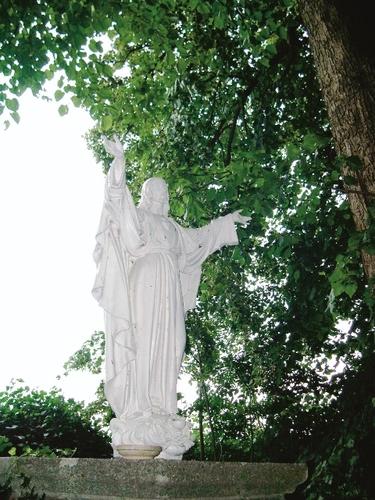 In 1923 geplaatst Heilig-Hartbeeld als eindpunt van een lindendreef, benedictijnenabdij Affligem