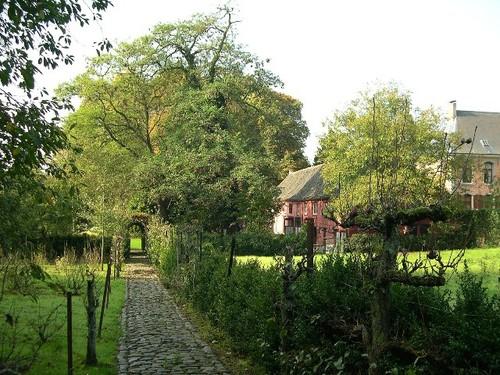 Het pad in de voormalige moestuin van het Hof van Zittert