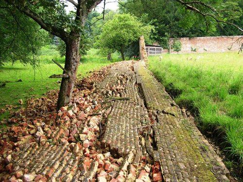 Omgevallen muur van de moestuin van kasteel van de Putberg