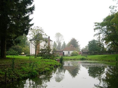 Het landhuis en resterende arm van de gracht rond de voormalige eilandtuin van het Kasteel van Walfergem, aangelegd als landschappelijke vijver in de jaren 1860