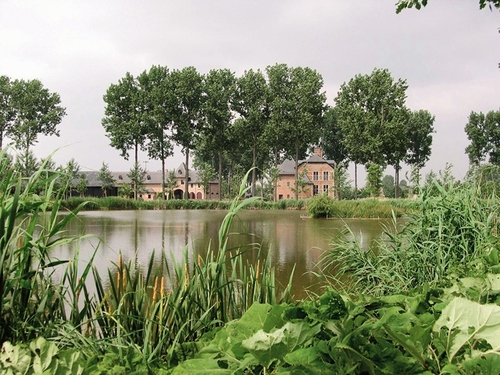 Het gerestaureerde, gedeeltelijk gereconstrueerde kasteelcomplex Diepensteyn in een gereconstrueerd landschap