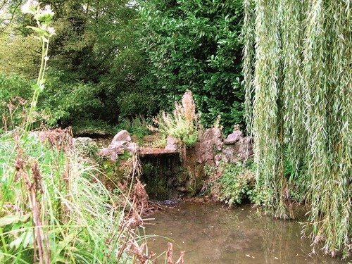 Het rotswerk rond de overloop van de vijver van het kasteel van Wolvendaal