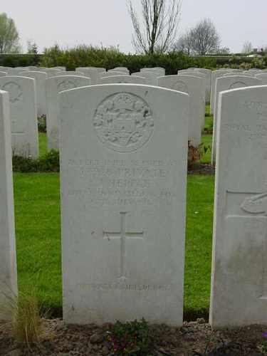 Elverdinge: Ferme Olivier Cemetery: graf Hepple