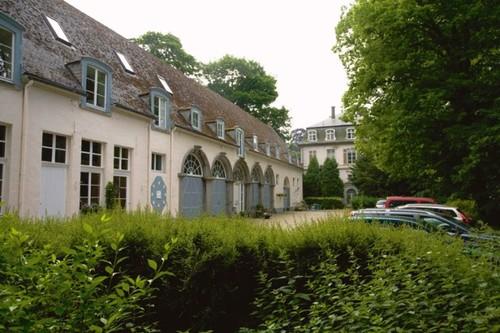 Koetshuis en noordgevel van het kasteel van Wilder