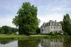 Oranjerie en op voorgrond serpentinevijver bij het kasteel van Wilder (https://id.erfgoed.net/afbeeldingen/178059)