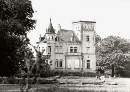Het pittorseke neomiddeleeuwse 'Château de Huyenhoven' naar ontwerp van Antoine Trappeniers, voor de verbouwing, in een verwaarloosd park