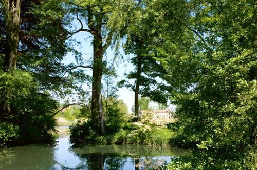 Sporen van een arcadisch 'rivierlandschap', waarschijnlijk ontworpen door Louis Fuchs, op de achtergrond het 'neerhof'