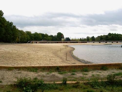 Het met muurtjes afgebakende strand en het strandgebouw van Wijnants